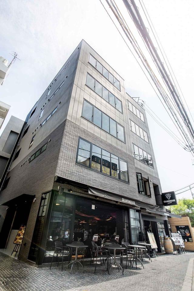 画像: 一昨年、福岡・天神にオープンした4階建ての複合施設「グランドミラージュ」。1階はカフェ『WHOLE NOTE CAFÉ』とレストラン『The Corner Roon』、2階はラウンジ・バー『PASSAGE』、そして3階と4階はライブ・イベントにも対応するクラブ『evol』と『THE SKY』という構成になっている