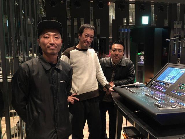 画像: 写真向かって左から、音響・照明・映像設備の管理を手がける「ハーベイ」のサウンド・ディレクターである岩崎剛氏、同じく音響・照明・映像設備の管理を手がける「スペースファクトリー」代表の今村剛氏、「グランドミラージュ」のプロデューサーである西本哲哉氏