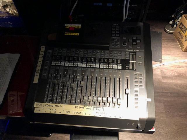 画像: 3~4階のクラブ「evol」の常設コンソールとしてステージ傍に設置されている「ローランド V-Mixer M-200i」