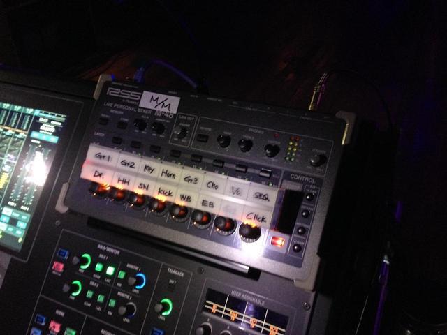 画像: 「M-5000」の右上のスペースには、モニモニ用の「M-48」を置いて使用したとのこと