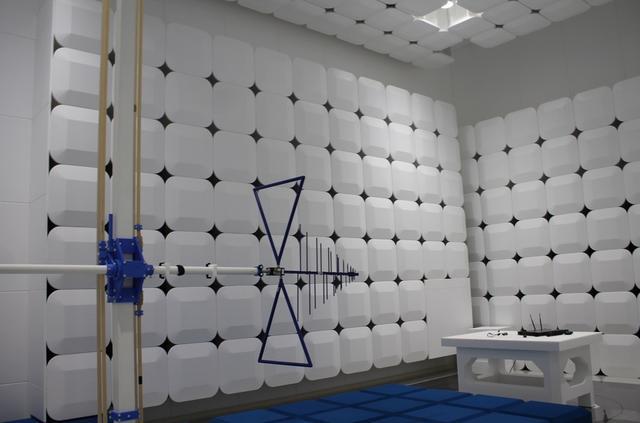 画像: 「オーディオテクニカ」本社にある電波暗室。外来電波を遮断、また室内で発生した電波を外に漏らさないように設計されている。本社ビル建設の際に導入された