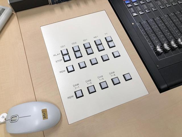 画像: 特注デスク左側には、主にDAWコントロール関係のボタンが備わっている