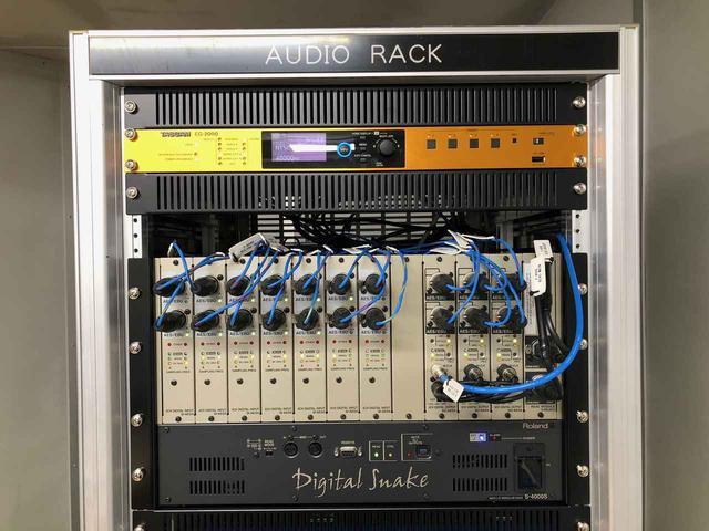 画像: ラック上部。「タスカム CG-2000」と「ローランド Digital Snake S-4000S」が収納されている。「S-4000S」はAES/EBUのデジタル入力がステレオ14系統、同じくデジタル出力がステレオ6系統という仕様