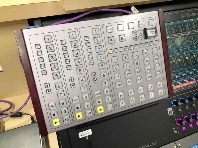 画像: 「M-5000」左上のスペースには、特製のDAWコントロール用パネルが置かれていた