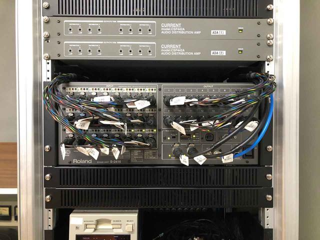 画像: ラック下部。「カレント CSP442A」と「ローランド Digital Snake S-2416」が収納されている。「S-2416」は、主にアナログ回線の入出力で使用