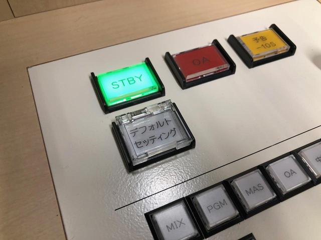 """画像: 特注デスク右上には、一押しでセッティングを元の状態に戻すことができる""""デフォルト・セッティング""""ボタンも装備"""
