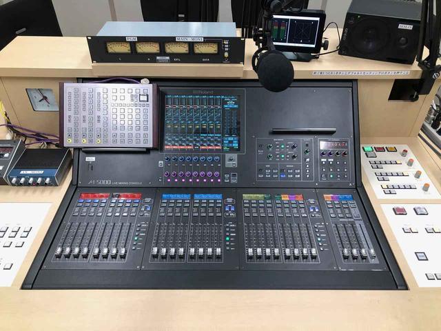 画像: 今回新たに導入された「ローランド O・H・R・C・A M-5000」。特注のデスクの中に埋め込まれている