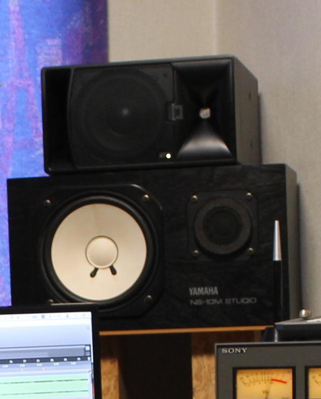 画像: 左右の「10M」の上に「705P Powered」が置かれている