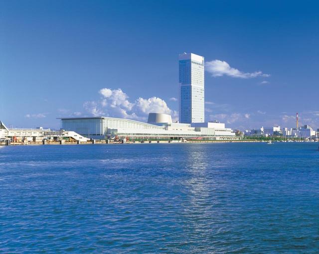 画像: 信濃川の河口に位置する複合型コンベンション施設。この中で会議室、展示会場を擁するのが「新潟コンベンションセンター」