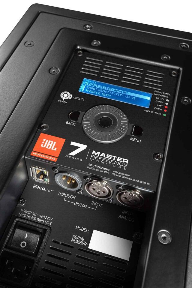 画像: 「705P Powered」のリアパネル。「708P Powered」も同じレイアウト。DSPコントロール用ディスプレイと回転式コントローラーを配置している。XLRタイプのアナログ入力の他、AES/EBUデジタル入力、スルーアウトも搭載