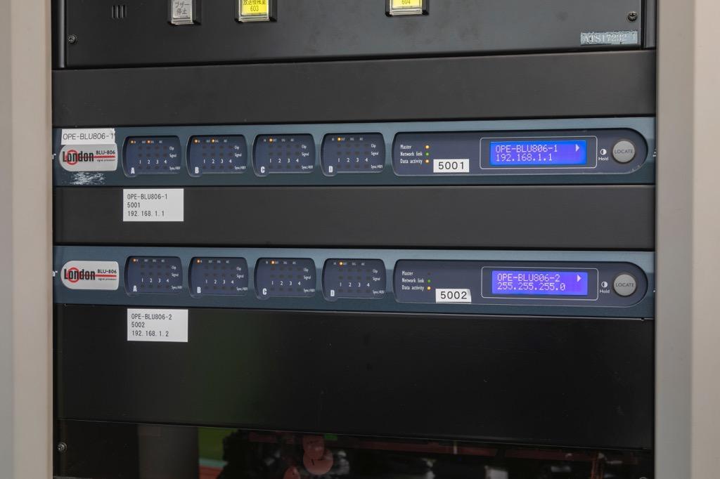 画像: 今回導入されたプログラマブル・デジタル・プロセッサー「BLU-806」。調整室に設置され、「VENUE | SC48」と接続されている