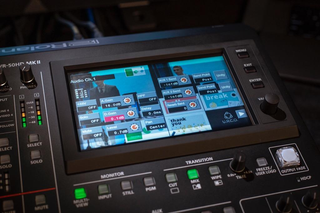 画像: 大型のタッチパネル・モニターを使って、指先で快適に操作することができる