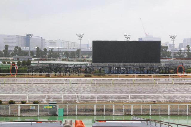 画像: 「ShowMatch」設置の様子(写真上:赤丸がスピーカーシステムの位置)。撮影のため「大井競馬場」を訪れた日も東京は結構な降水量があった