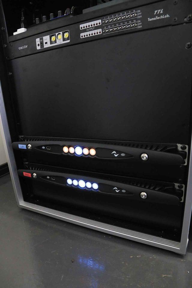 画像: 専用のプレハブに置かれたパワーアンプ「Powersoft X4 DSP+D」。今後の増設に備えラックに余裕を持たせているとのこと