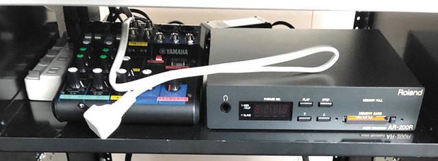 画像: 音源再生システムは、「ローランドAR200」オーディオレコーダーとコンパクトフラッシュメモリーカード、小型ミキサーで構成