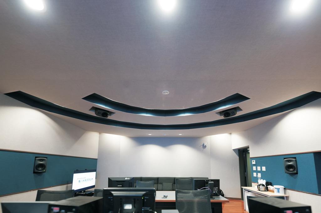 画像: 同「角川大映スタジオ」MAルームの後部画像。Atmos Home制作ができるように7.1.4の制作環境が整えられている