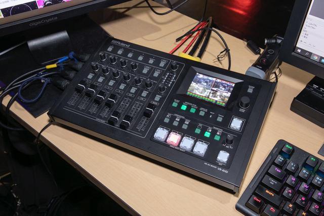 画像: ライブ配信の中心となる機材、ローランドのAVミキサー VR-4HD。A4サイズというコンパクト筐体に4チャンネルのビデオ・スイッチャー機能と18チャンネル入力のオーディオ・ミキサー機能を統合。1080pのフルHD映像もサポートしている