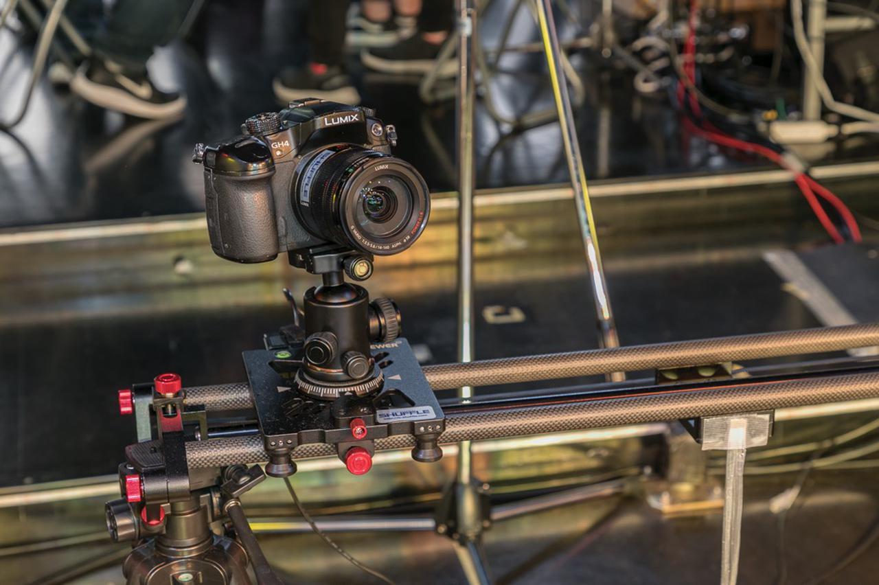 画像: 電動スライダーに取り付けられたパナソニック Lumix DMC-GH4