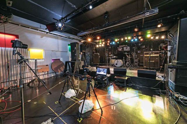 画像: ステージ周辺にカメラがセッティングされた様子