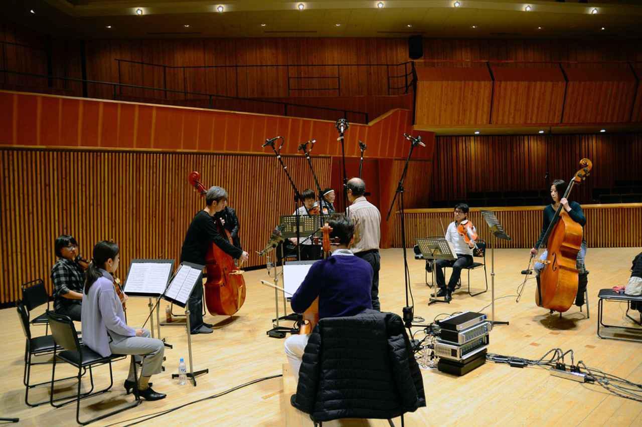 画像: 軽井沢の大賀ホールで2017年12月に行われた『Touch of Contrabass』の録音。5chスパイダーツリーと呼ばれるメインマイクを中心に、アーティストが円周形に配置されている
