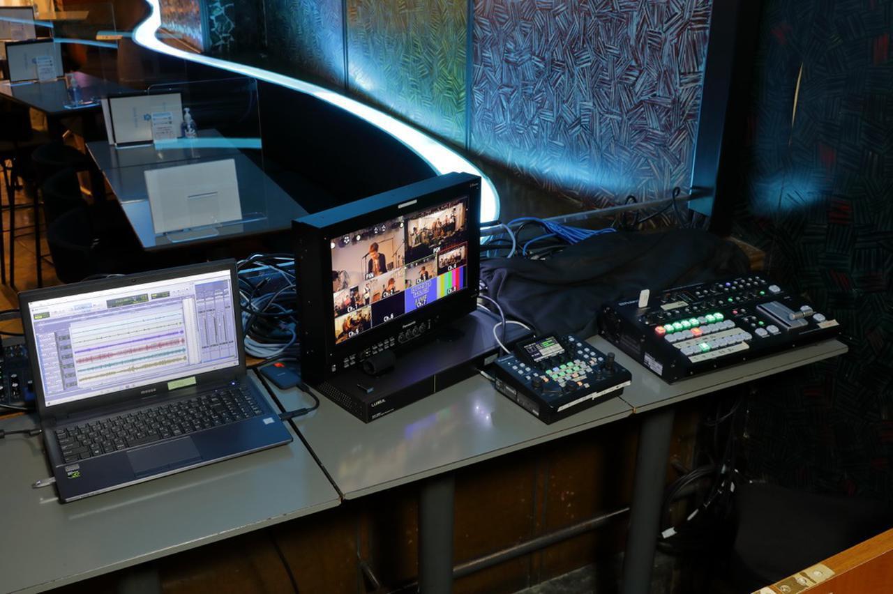 画像: ステージに向かって右手手前に設けられたライブ配信用のスペース。左に見えるのはAvid Pro Tools用のパソコンで、出演者の要望に応じてマルチトラック・レコーディングも行なっているとのこと