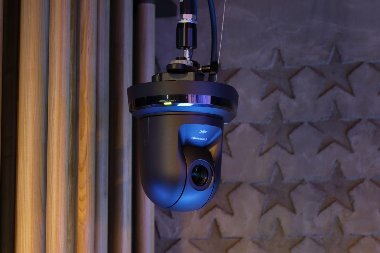 画像: AW-UE70はステージの上手と下手にも設置されている