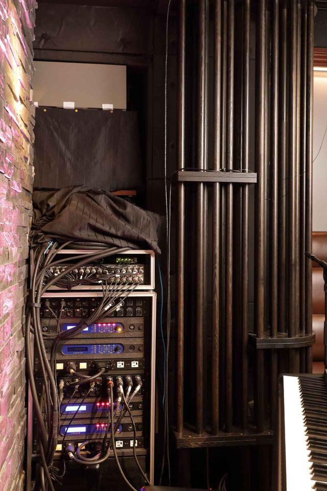 画像: CODA AUDIO LINUS 14Dなどが収納されたステージ袖のアンプ・ラック。右側に見えるのは、日本音響エンジニアリング製のチューニング機構『AGS』