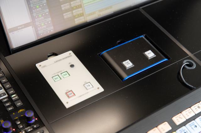 画像: S6のProducer Deskに埋め込まれたたトークバックボックスとラウドネス・メーター用のスイッチ