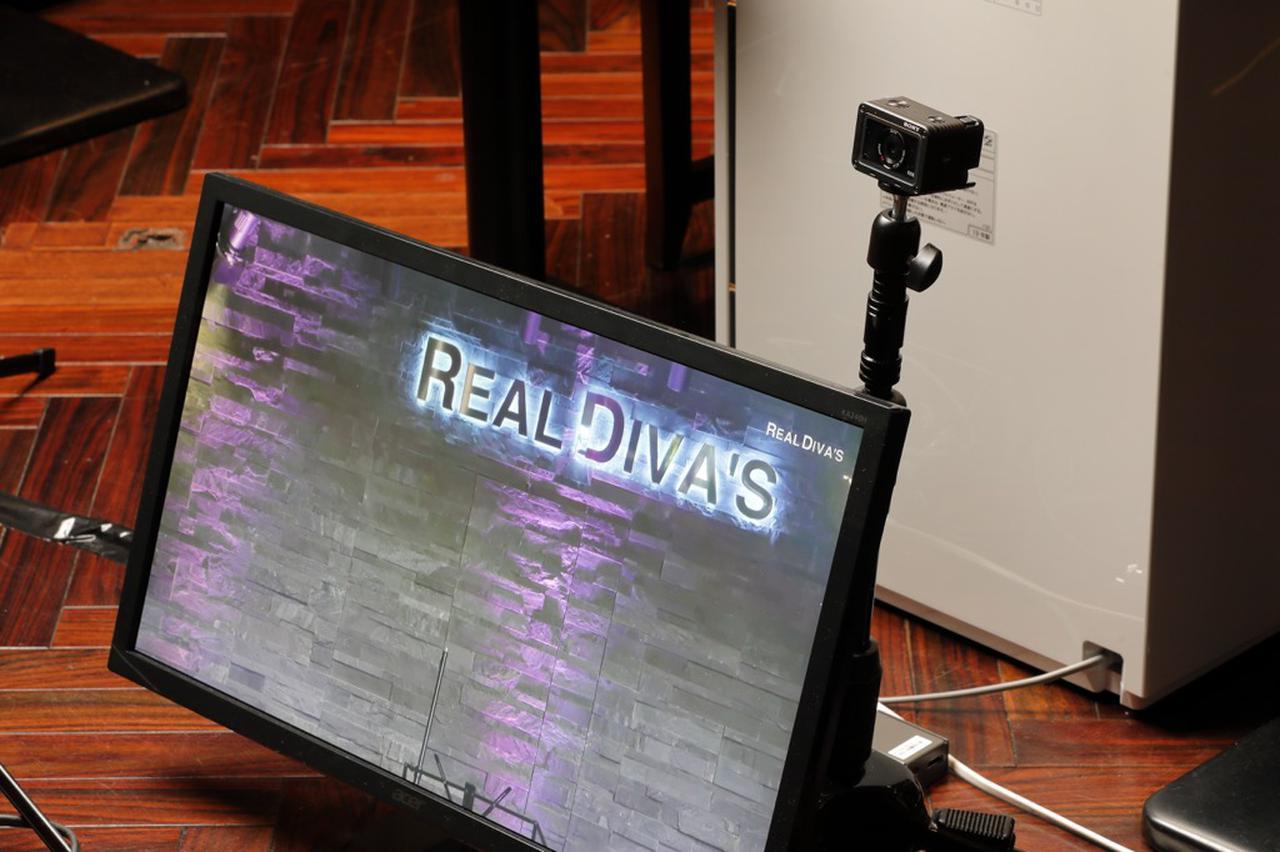 画像: ステージ前には演者用のモニターが設置。3系統のHDMI出力を備えたV-8HDならではのシステムだろう。モニター右上の小型カメラは、ソニー RSC-RX0