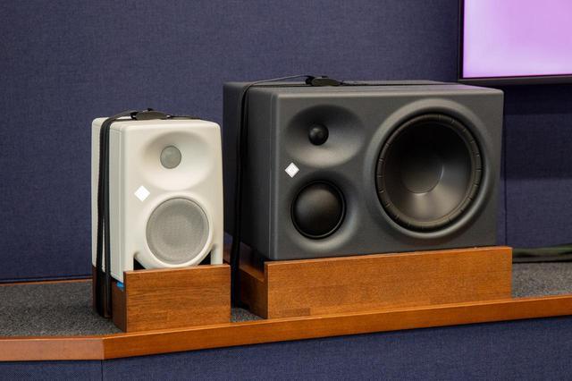 画像: メイン・スピーカーは、3ウェイ・パワードのNEUMANN KH 310(写真右)、イマーシブ・オーディオ用モニターは同じくNEUMANNのKH 80 DSP(写真左)が導入された