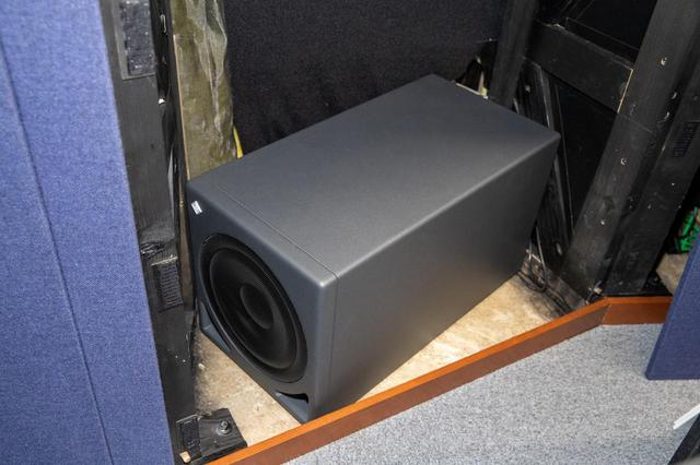 画像: コンソール裏、スピーカー台の内部に設置されたサブ・ウーファーのKH 810