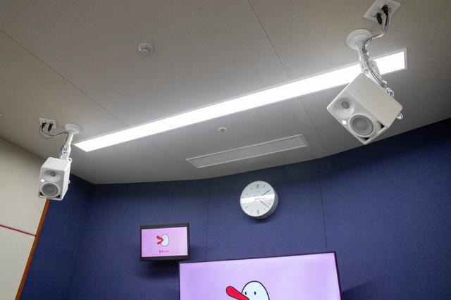 画像: 天井に設置されたKH 80 DSP。取り付けにあたって重量的にもまったく問題なかったとのこと