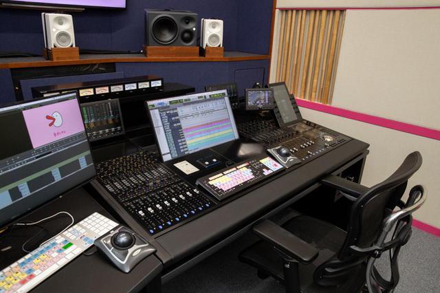 画像: 新しいコンソール、Avid S6。16フェーダー/5ノブ仕様のM40で、日本音響エンジニアリング製のデスクに設置されている