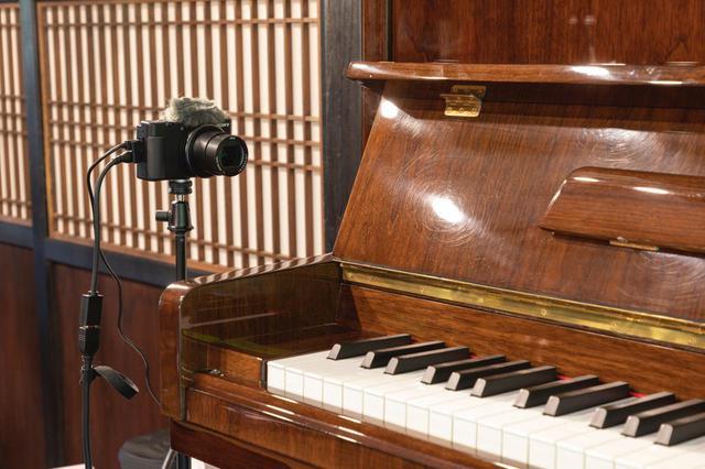 画像: ピアニストの手元用カメラとして使用されたソニー ZV-1