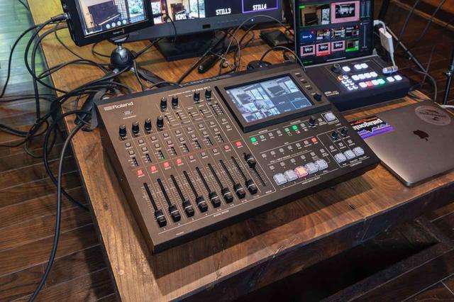 画像: 匠サウンドのライブ配信業務の中心機材、ローランド VR-50HD MK II。ビデオ・スイッチャー、デジタル・オーディオ・ミキサー、タッチパネル付きマルチビュー・モニター、USB3.0ストリーミング出力といった機能が統合されたローランドのフラッグシップAVミキサーだ。これ1台で音と映像をオペレートし、パソコンに接続してライブ配信を行うことができる
