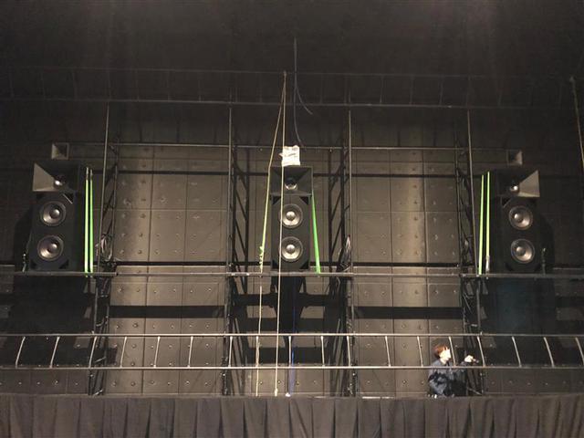 画像: スクリーン裏に設置されたL/C/Rスピーカー。ハイとミッドハイに同軸ユニット、ミッドローとローはコーン型ユニットを搭載。写真提供:(株)ジーベックス