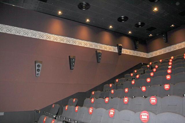 画像: TOHOシネマズ立川立飛「スクリーン5」の〈轟音シアター〉。こちらもこのスクリーン専用にイースタンサウンドファクトリーが設計・開発したカスタムオーダーメイドのスピーカーを導入