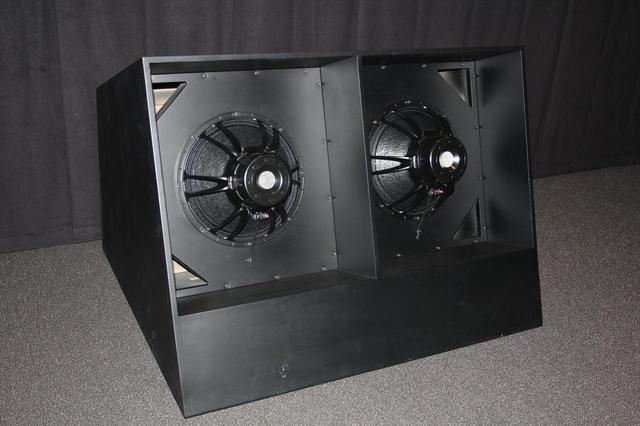 画像: 〈轟音シアター〉に導入されたサブウーファーは、「TOHOシネマズ池袋」に導入され好評だというアイソバリック方式を採用。スクリーン前の空間に設置され、重低音の出音は〈プレミアムシアター〉とは異なっている