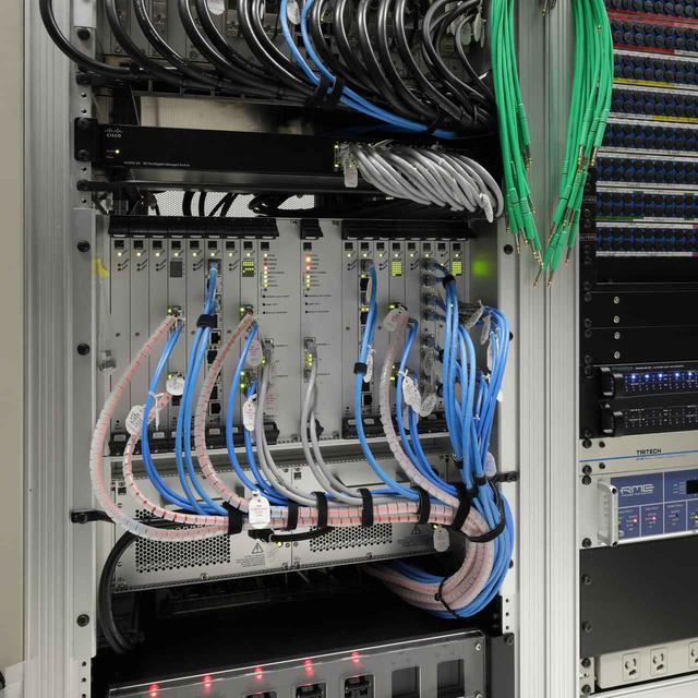 画像: マシン・ルームのラックに収納された「mc²56」のプロセッサー。DSPカード7枚が装着されたパワフルな仕様