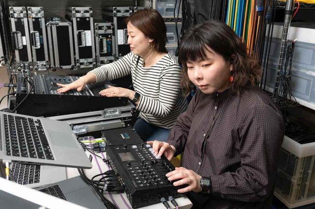 画像: 手慣れた様子でVR-4HDをオペレートする水落氏(手前)と音声卓を操作する馬場氏(奥)