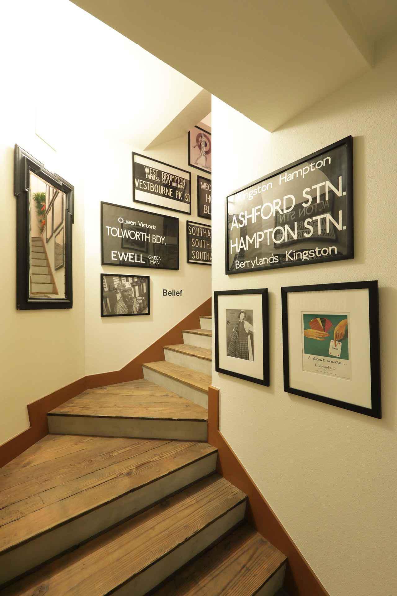画像: 『BRIC STUDIO』へと続く階段。ここでも配信が行える設備になっている