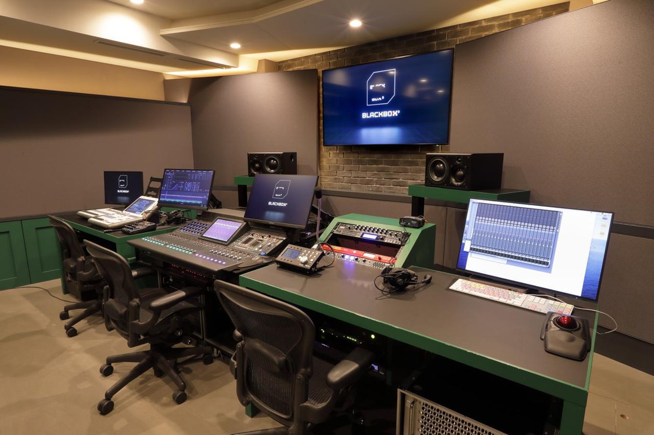 画像: コントロール・ルーム奥は中央に配信卓、左手に照明卓を設置。右手にはPro Tools用のディスプレイやキーボードが置かれている