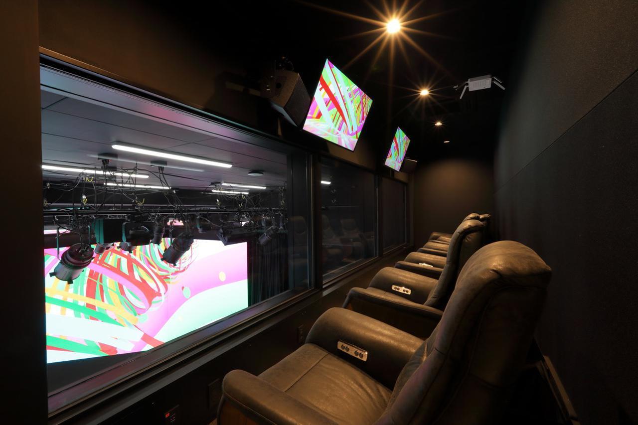 画像: 『BOX STUDIO』を見下ろす位置に設けられたVIPルーム