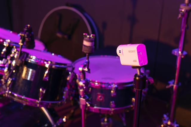 画像: ドラムに向けて設置されたソニーのアクションカム FDR-X3000