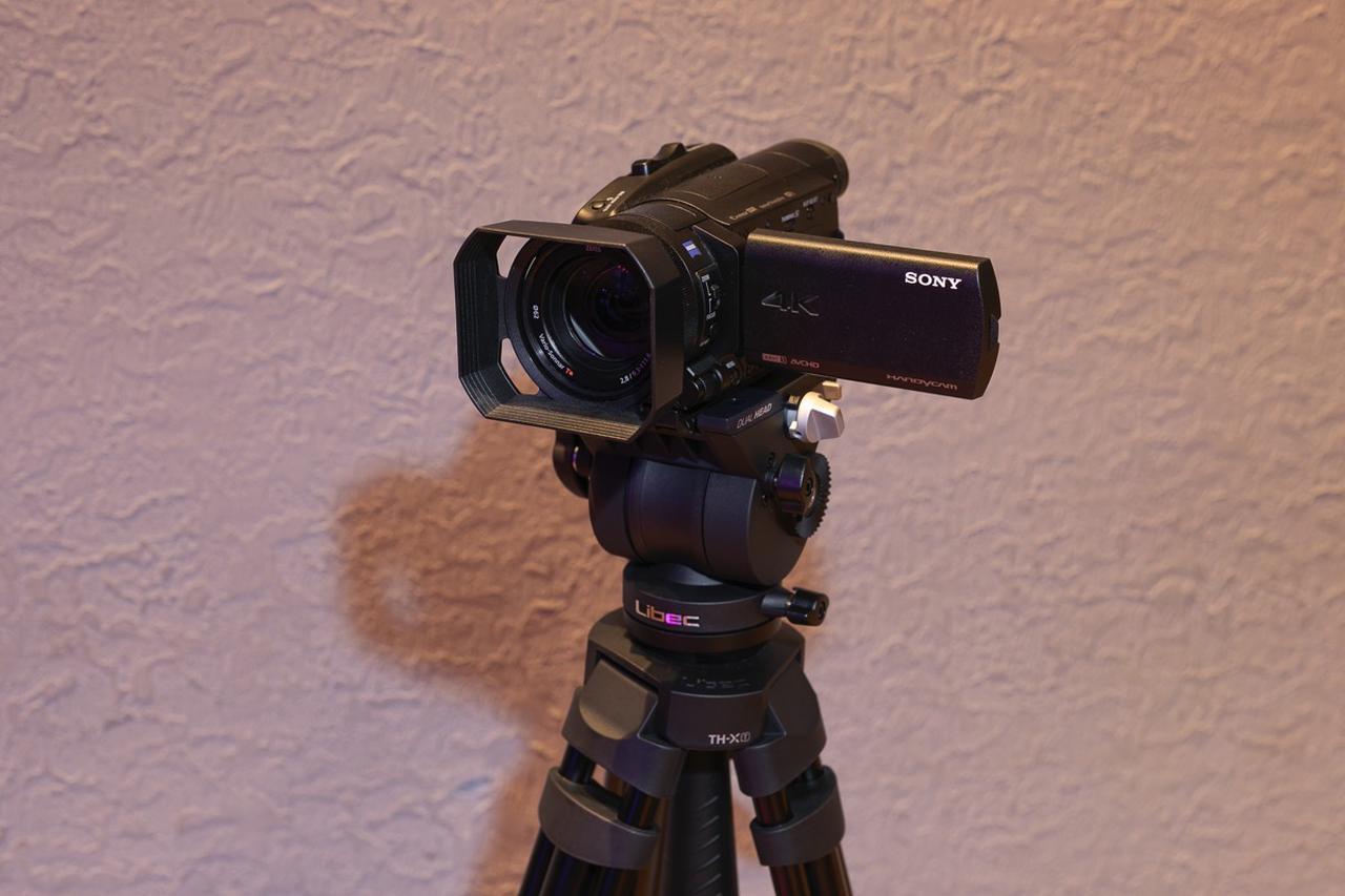画像: ステージ手前に設置されたソニー ハンディカム FDR-AX700
