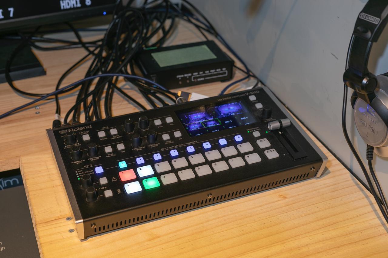 画像: ライブ配信の核となるビデオ・スイッチャー、ローランド V-8HD。コンパクト・ボディながら8系統のHDMI入力、3系統のHDMI出力を装備し、 3系統のバスによる映像/音声処理が可能。PinPやキー合成、テロップなど最大5レイヤーの画面演出にも対応、映像・音声を一括管理できる視認性の高いマルチビュー用ディスプレイも内蔵している。各種設定を瞬時に呼び出すことができるプリセット・メモリー機能も特徴だ(問い合わせ:ローランド株式会社 Tel:050-3000-9230)