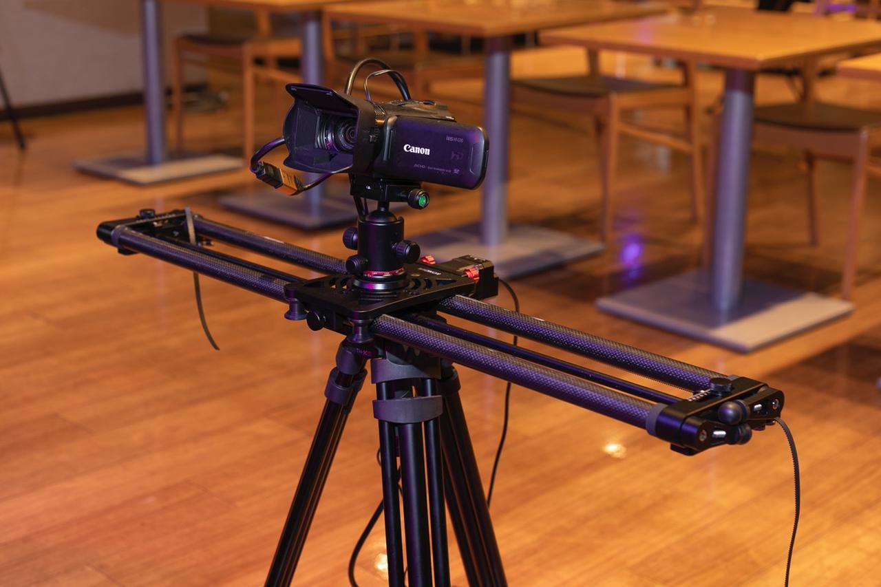 画像: ステージ手前の可動式レール。取材日はキヤノンのビデオ・カメラが装着されていた