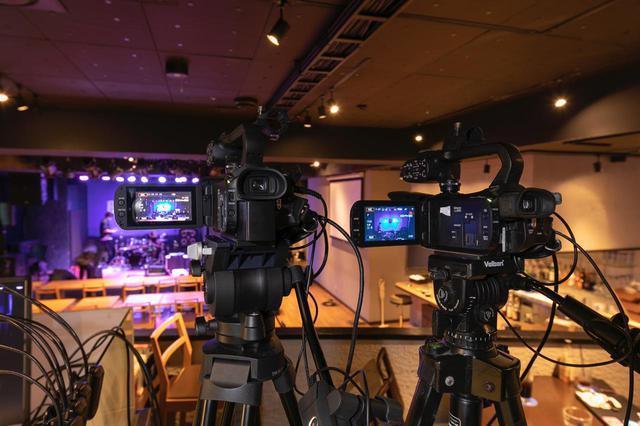 画像: ビデオ・スイッチャーの傍ら、一段上がったロフトに設置された2台のソニー FDR-AX700