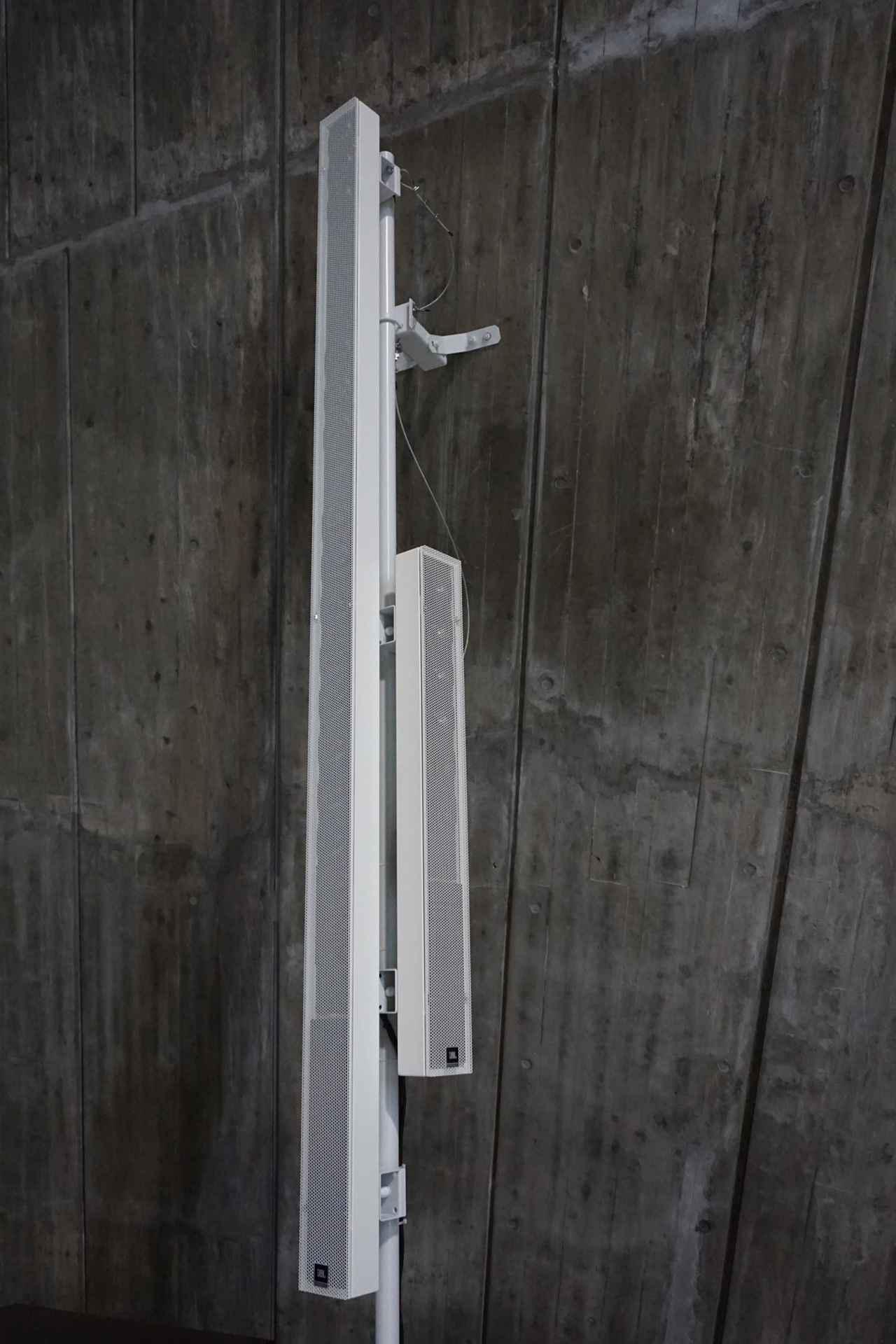 画像: メイン用の「Ivx-DSX280」とフィードバック用の「Ivx-DS115」が違う向きに同じスタンドに取り付けられている