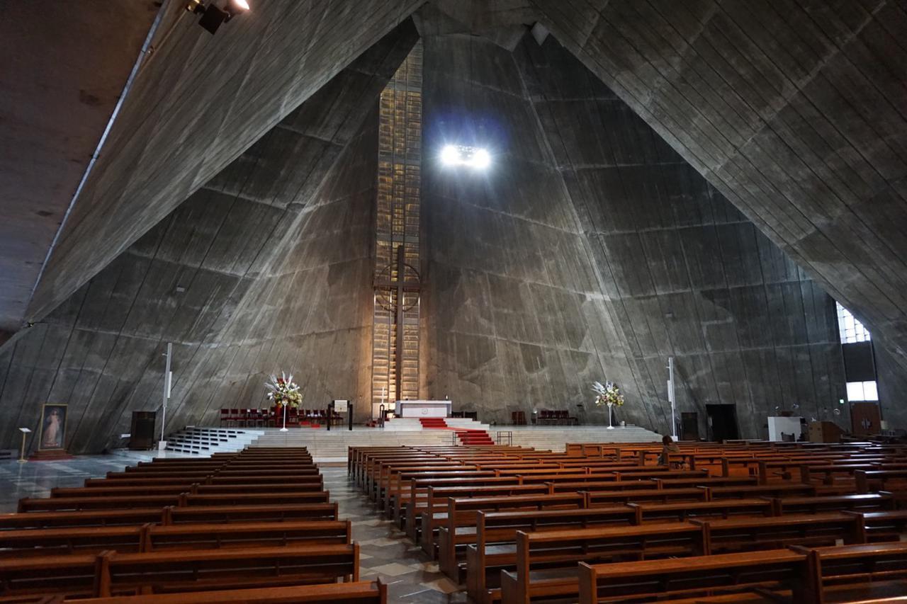 画像: 聖マリア大聖堂内部。祭壇の両端に見えるのが、新たに導入された「JBL PROFESSIONAL」のスピーカー・システム「Intellivox」